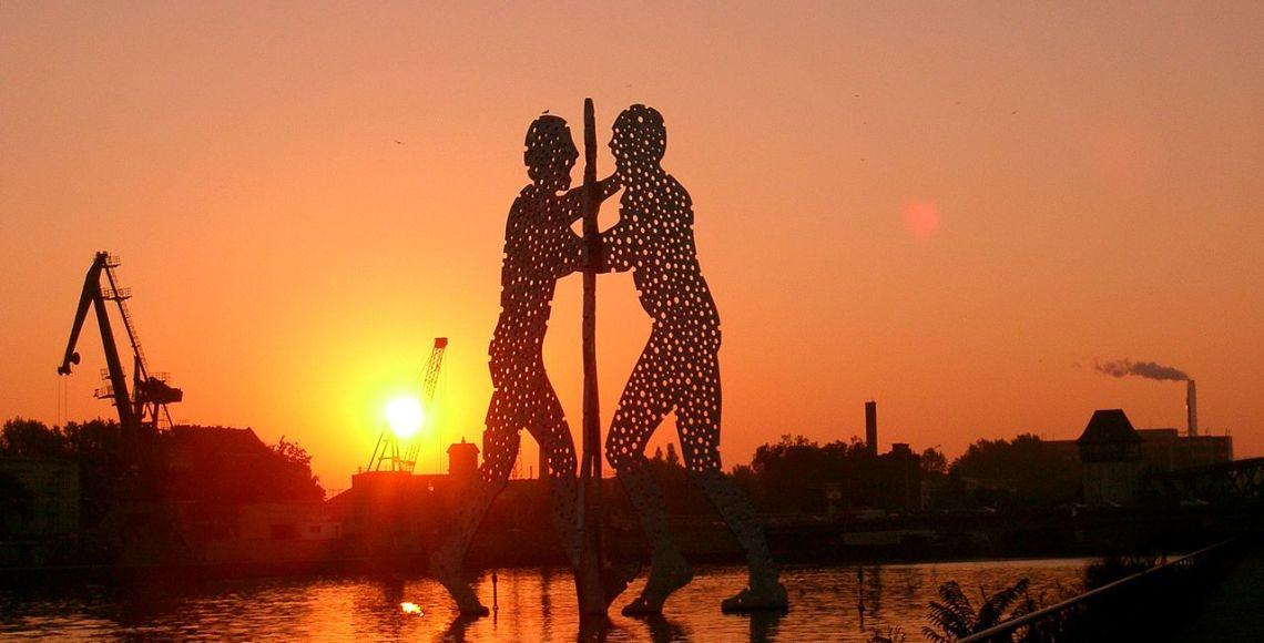 Em Berlim, o Homem Molécula espia o sol mais quente da história da cidade | Foto: Wikimedia