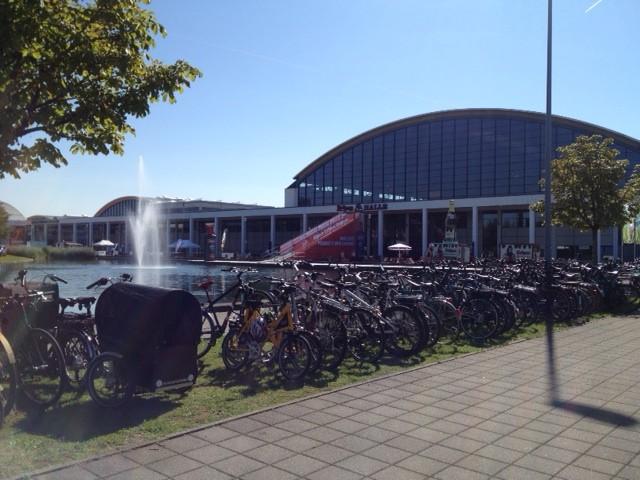 Centro de exposições de Friedrichshafen, na Alemanha; mais do que um salão de bikes, um salão para ciclistas | Foto: Henrique Andrade Camargo