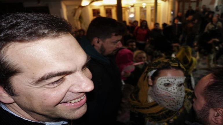 Ο Αλέξης Τσίπρας με τους καρναβαλιστές της Σκύρου