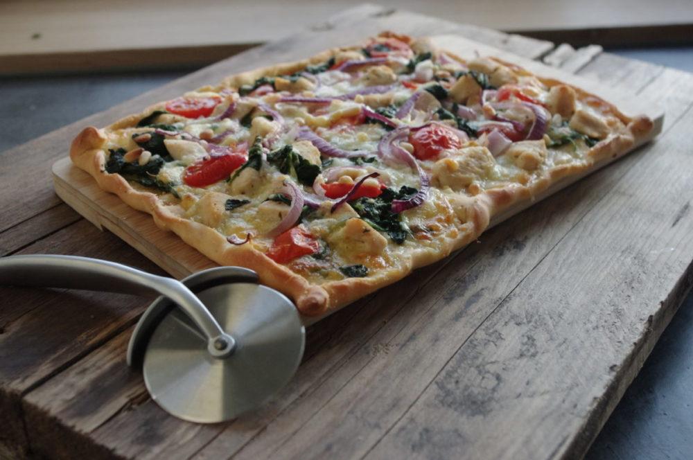 Gezonde plaatpizza met kip en spinazie