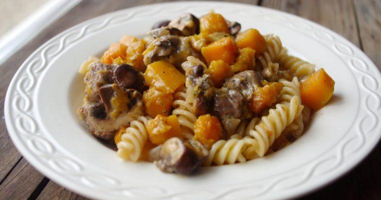 Pasta met pompoen, champignons en saucijs