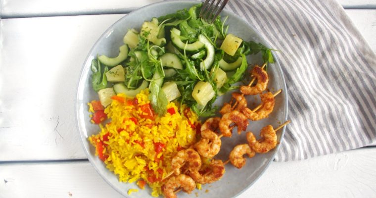Piri-piri garnalen met komkommersalade en gele rijst