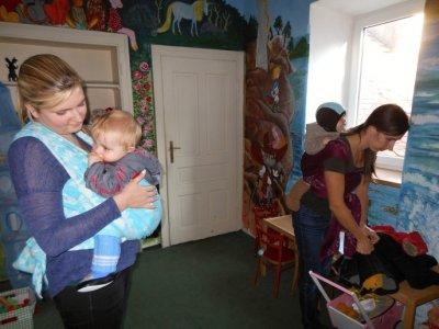 V šátku se dítě cítí v bezpečí, říkají dvě blanenské maminky
