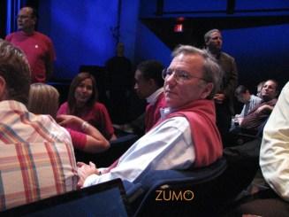 Ao entrar, Eric Schmidt, ex-conselheiro da Apple e CEO do Google, sentou na minha frente