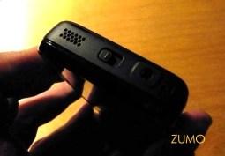 Lado esquerdo do telefone: trava da tela e saída para fones 3,5 mm