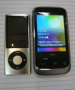 ao lado de um ipod, só pra comparar o tamanho