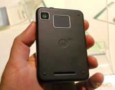 """Motorola MB502 """"Charm"""": um touchpad, como o do FlipOut, na parte de trás"""
