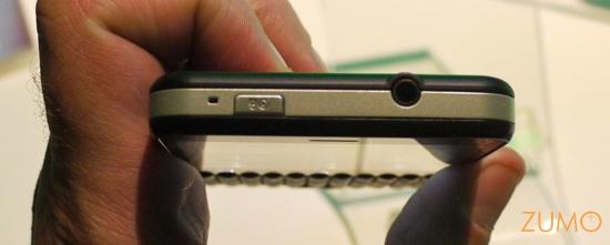 """Motorola MB502 """"Charm"""": tradicional saída de fones 3,5 mm"""