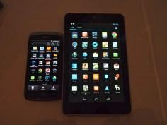 """HTC One S (tela de 4,3"""") ao lado do Nexus 7 (7"""")"""