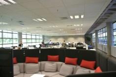"""A sala de projetos: na frente, a """"micro-sala"""" de reuniões para revisão de código"""