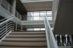 O uso da escada é incentivado, mas o prédio tem dois elevadores também