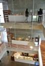 Nos três andares, iluminação natural... e uma cafeteria por andar
