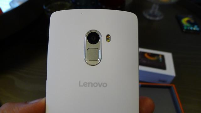3abebc44853 A Motorola lança este mês no mercado brasileiro o Lenovo Vibe A7010. Peraí:  Motorola lançando smartphone da Lenovo, sua marca-mãe? Sim senhor.