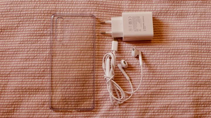 Huawei P30 Pro: capa de plástico, fones de ouvido USB-C e carregador de 40W (com cabo) vêm na caixa.