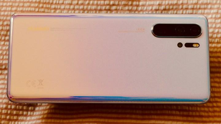 Huawei P30 Pro na cor Breathing White, que não vem ao Brasil para o lançamento