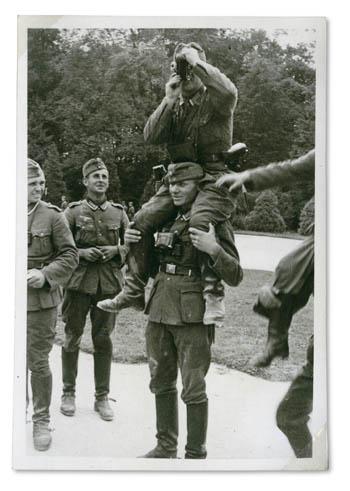 """""""Pressefotomänner der Batterie"""" Frankreich Juni 1940; Privatbesitz Anke Hübner, Oldenburg"""