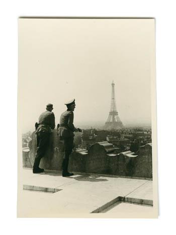 Deutsche Soldaten in Paris blicken vom Arc de Triomphe auf den Eiffelturm, Frankreich 1940; Privatbesitz Achim Gerloff, Wiesbaden