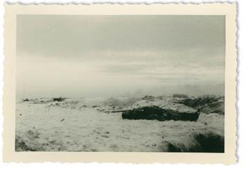Toter sowjetischer Soldat, fotografiert aus dem Sichtschlitz eines Bunkers, bei Woronowo, Sowjetunion, Winter 1941/1942; Privatbesitz Dr. Walter Jancke, Düsseldorf