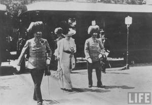 Ankunft des Thronfolgerpaars am Bahnhof von Sarajevo am 28. Juni 1914 – 100 Minuten vor dem Attentat von Sarajevo