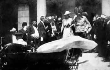 Das Thronfolgerpaar beim Verlassen des Rathauses, wenige Minuten vor dem Attentat von Sarajevo, um kurz vor 11:00 Uhr