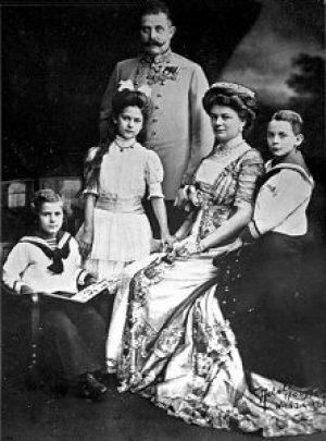 Das Thronfolgerehepaar mit seinen Kindern