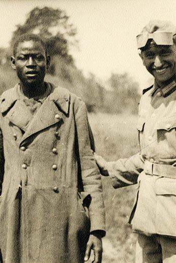 Deutscher Soldat führt einen Kriegsgefange- nen der französischen Kolonialtruppen vor; ohne Datierung, anonymer Fotograf; Münchner Stadtmuseum