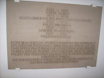 Belanglose und versteckte Gedenktafel im alten Gestapohaus