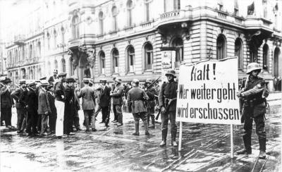 """Weitere Einzelheiten Putschende Soldaten mit Transparent """"Halt! Wer weitergeht wird erschossen"""" am Wilhelmplatz vor dem abgeriegelten Regierungsviertel"""