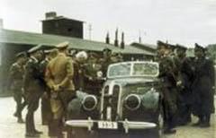 Rumkowski inmitten von deutschen Offizieren