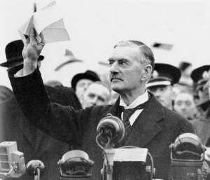 Der britische Premierminister Chamberlain präsentiert der Öffentlichkeit das Dokument mit der Vereinbarung einer friedlichen Lösung des Konfliktes bei seiner Rückkehr aus Deutschland im September 1938.