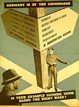 """Germany is at the Crossroads"". Plakat der US-Armee, ca. 1947: Quelle: Haus der Geschichte, Bonn."