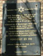 """Gedenktafel für die """"Neue Synagoge"""" in Berlin aus Anlaß ihres hundertjährigen Jubiläums 1966."""