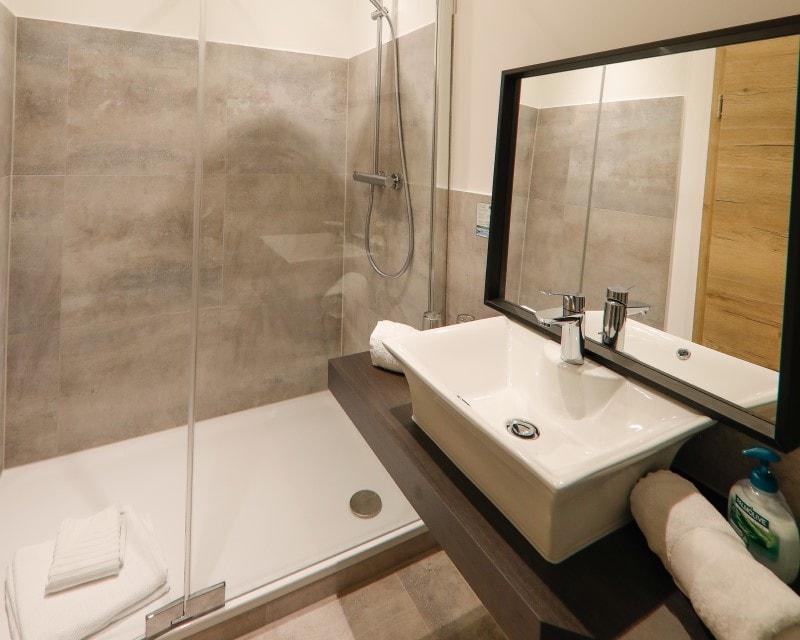800x640-neues-Duschbad-Einzelzimmer-Hotel-Prinzen-Kappelrodeck_03-min.jpg