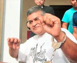 GEORGETOWN 27 NOVEMBER 2016. Kartunis kontroversi, Zulkiflee SM Anwarul Haque atau dikenali Zunar, 54 (kiri), direman sehari oleh Mahkamah Majistret Georgetown, bagi membantu siasatan berhubung pameran kartun yang berbau hasutan di Kompleks Tun Abdul Razak (KOMTAR) Jumaat lepas. NSTP/EMAIL