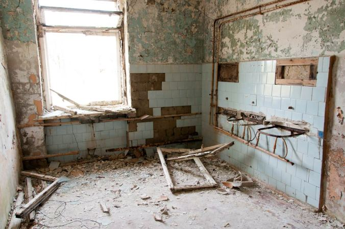 latvia-skrunda-1-abandoned-soviet-secret-town-bathroom
