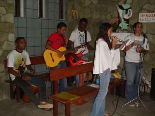 Vorming van koortjes en muziekgroepjes om de liturgie op te luisteren