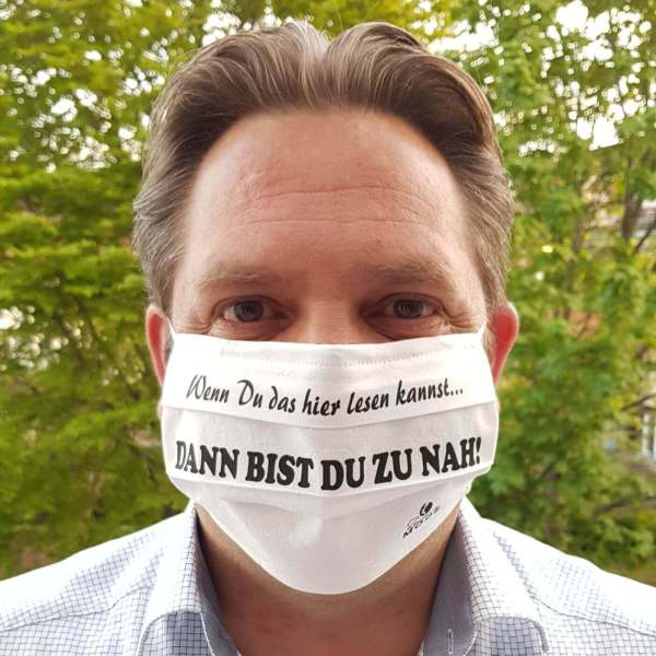 """Gesichtsmaske Alltagsmaske Baumwolle wiederverwendbar Handarbeit Humor / Spruch """"Wenn Du das lesen kannst, dann bist Du zu nah!"""" aus Schonach im Schwarzwald Bild mit Mann"""