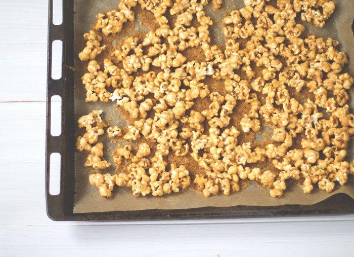 Gourmet-Popcorn mit Ahornsirup-Salzkaramell und Schokolade