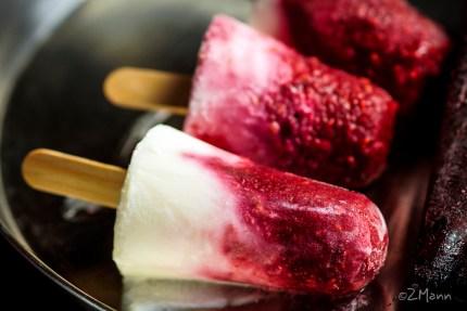 z widokiem na stol | lekkie lody sorbetowo jogurtowe, malinowe