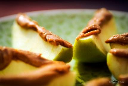 z widokiem na stół | masło fistaszkowe na jabłkach