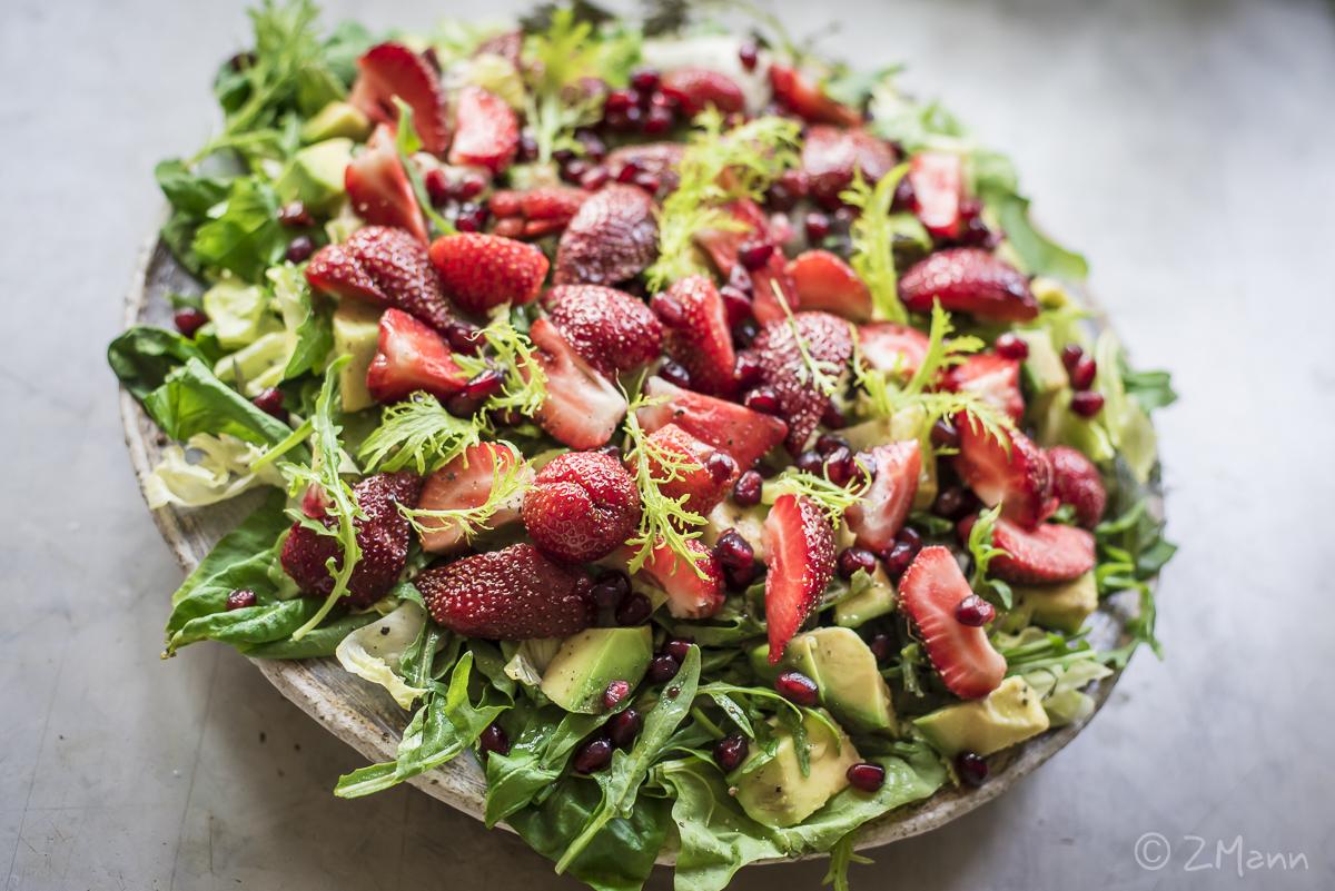 z widokiem na stół | sałatka z truskawkami i avocado, z granatem