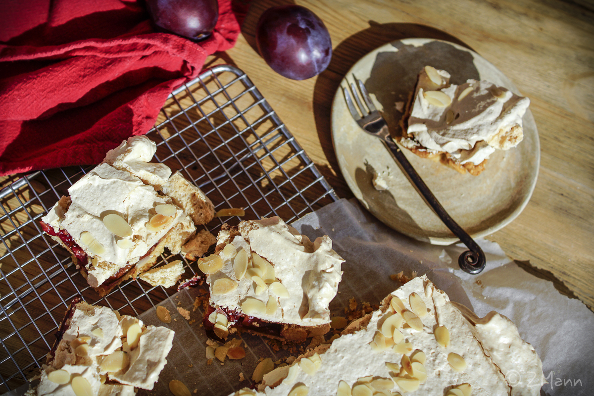 z widokiem na stół | migdałowe kruche ciasto ze śliwkami i bezą