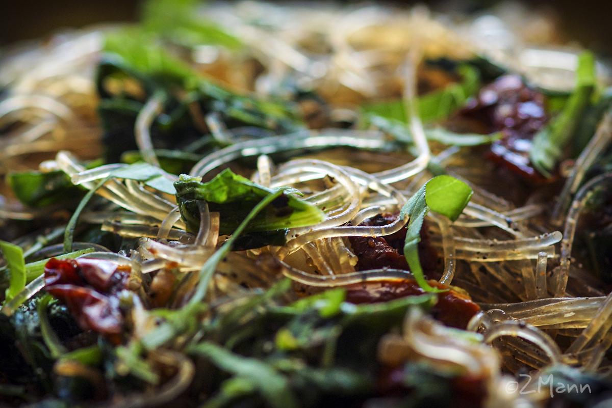 z widokiem na stół   makaron ze szpinakiem i szparagami
