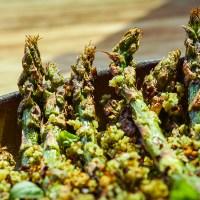 grillowane szparagi orzechowe, z posypką