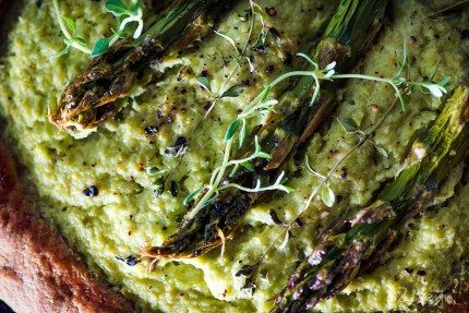 z widokiem na stół | zielone tartaletki szparagowe z tymiankiem