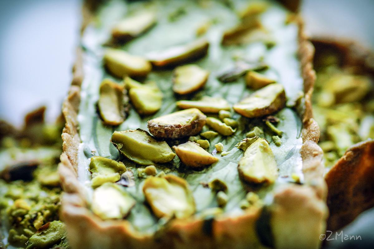 z widokiem na stół   kruche ciastka z czekoladą pistacjową