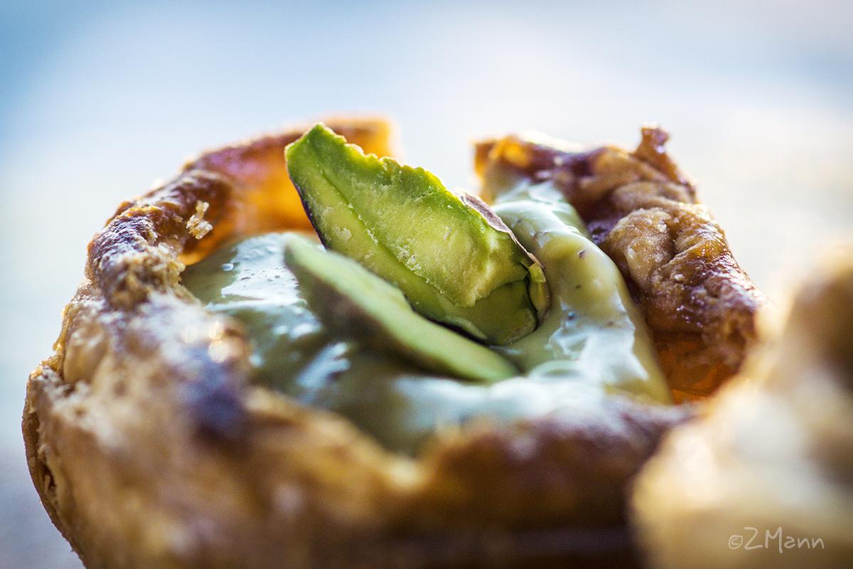 z widokiem na stłół | babeczki z ciasta francuskiego z kremem pistacjowym i kajmakiem