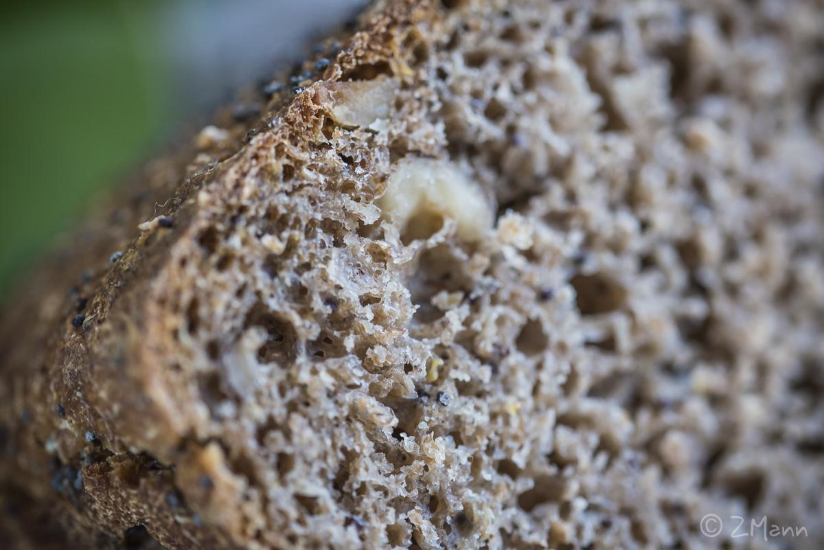 z widokiemna stół | chleb na zakwasie żytnim z orzechami i makiem