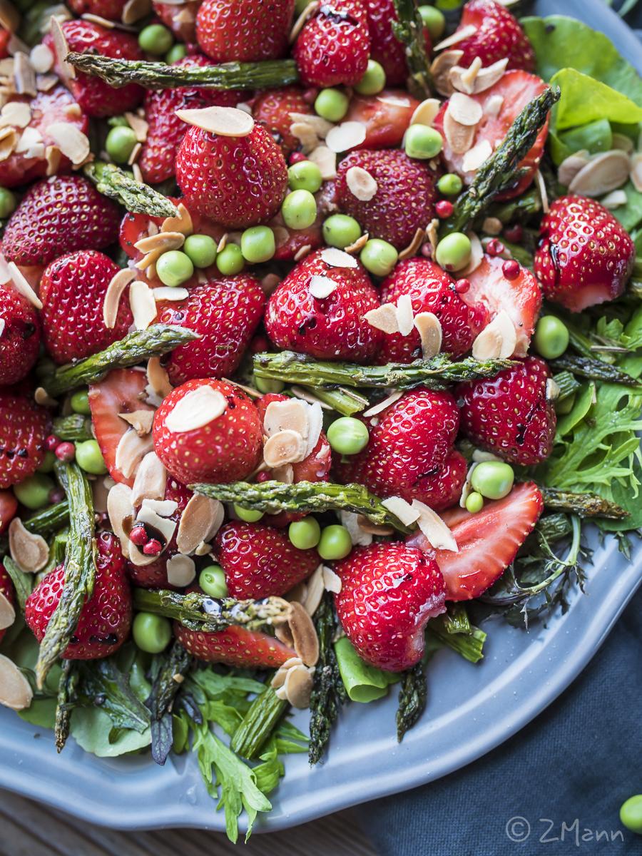 z widokiem na stół | sałatka z truskawkami i grillowanymi szparagami