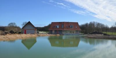 Villa met schuur aan het water